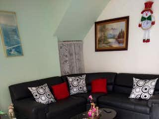 Una sala de estar con un sofá de cuero negro en No aplica