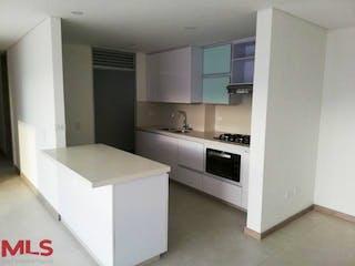 Una cocina con armarios blancos y electrodomésticos blancos en Santorini