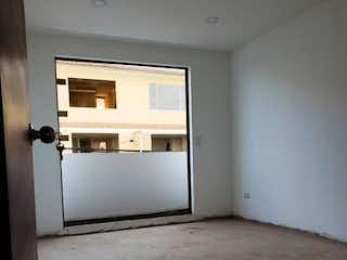 Un refrigerador congelador blanco sentado dentro de una cocina en Casa en Cota Cundinamarca - Cinco alcobas