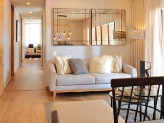 Una sala de estar llena de muebles y una gran ventana en Luar