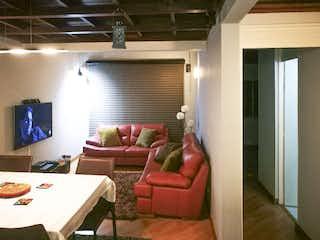 Una sala de estar llena de muebles y una ventana en Portal de Modelia 2