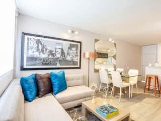 Una sala de estar llena de muebles y una gran ventana en Aragón