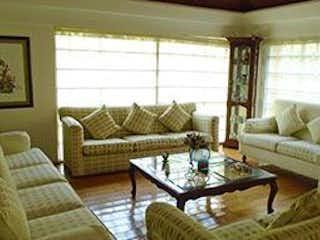 Una sala de estar llena de muebles y una gran ventana en Casa en  venta en Romero de Terreros de  4 recamaras