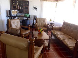Una sala de estar llena de muebles y una chimenea en Finca en venta en Centro Guarne de  5 habitaciones