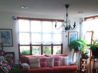 Una sala de estar llena de muebles y una mesa en Casa en venta en  Valle Escondido de  3 recámaras