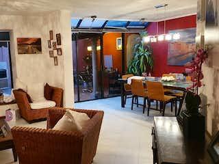 Una sala de estar llena de muebles y una ventana en Casa en venta en El Mirador de 180mts, dos niveles