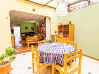 Una cama sentada en una habitación junto a una ventana en Casa en venta en Villa del Prado  de 3 habitaciones