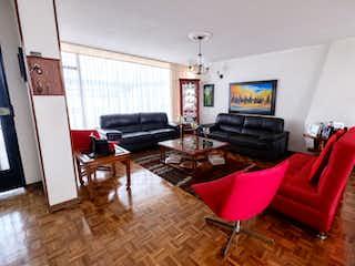 Una sala de estar llena de muebles y una televisión de pantalla plana en Casa en venta en Niza Norte, de 265mtrs2