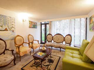 Una sala de estar llena de muebles y una gran ventana en Casa en venta en La Calleja, de 109,5mtrs2