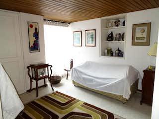 Un dormitorio con una cama y una pintura en la pared en Casa