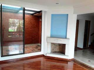 Una sala de estar con una chimenea y una ventana en Reserva Colina Etapa I