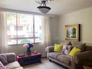 Una sala de estar llena de muebles y una ventana en Apartamento en venta laureles Medellin