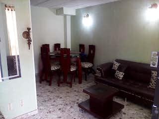 Una sala de estar llena de muebles y una ventana en Casa en venta en Los Álamos de 63mts, tres niveles
