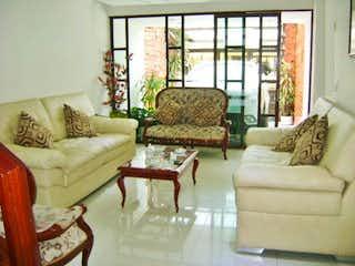 Una sala de estar llena de muebles y una gran ventana en Casa en venta en Barrio Kennedy de cuatro alcobas