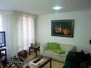 Una sala de estar llena de muebles y una televisión de pantalla plana en Apartamento en venta en Las Margaritas de tres habitaciones