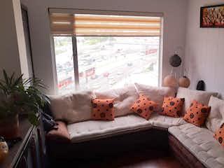 Una sala de estar llena de muebles y una gran ventana en Apartamento en venta en  Quinta Paredes de 2 habitaciones