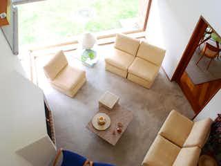 Una sala de estar llena de muebles y decoración en Conjunto Residencial Cerro De Suba Ii