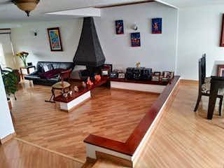 Una sala de estar llena de muebles y un suelo de madera en Casa en venta en  Modelia de 4 habitaciones