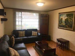 Una sala de estar llena de muebles y una ventana en Casa en venta en  Pontevedra de 4 habitaciones