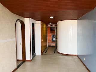 Un refrigerador congelador blanco sentado dentro de una cocina en Apartamento en venta en Santa Rosita de tres habitaciones