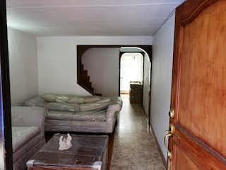 Una cama sentada en un dormitorio junto a una puerta de madera en Casa en venta en Portales del Norte de 71mts, tres niveles