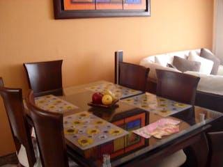 Una sala de estar llena de muebles y una mesa en Conjunto Alamedas del Timiza