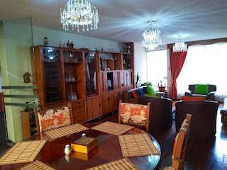 Una sala de estar llena de muebles y una lámpara de araña en Casa en venta en Barrio Santa Isabel, de 191,95mtrs2