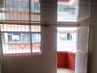 Una habitación con una cama y una ventana en Apartamento en venta en Bachué, de 49mtrs2