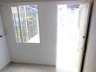 Un cuarto de baño con un inodoro y una ventana en Casa en venta en Casco Urbano Soacha, de 54mtrs2