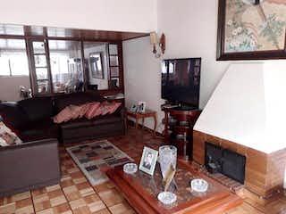 Una sala de estar llena de muebles y una televisión de pantalla plana en Casa en venta en Spring, de 243mtrs2