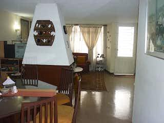 Una sala de estar llena de muebles y una ventana en Casa en venta en Hayuelos, de 222mtrs2