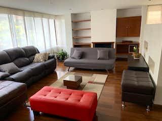 Una sala de estar llena de muebles y un sofá en Apartamento en venta en Rincón del Chicó de tres habitaciones