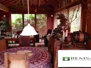 Una habitación con una cama y una mesa en Finca en venta en El Capiro, de 5800mtrs2
