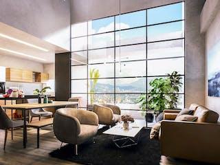 Una sala de estar llena de muebles y una gran ventana en Artek