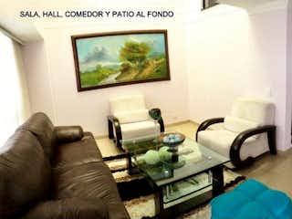 Una sala de estar llena de muebles y una televisión de pantalla plana en Casa en venta en Loma de Las Brujas, de 204mtrs2