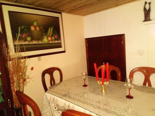 Una mesa que tiene algunas copas de vino en ella en Casa En Venta En Bogota Villas De Granada