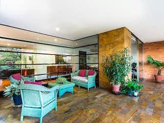 Una sala de estar llena de muebles y plantas en macetas en edificio saint moritz