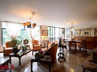 Una sala de estar llena de muebles y una lámpara de araña en Dos Lomas
