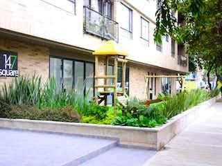 Un jardín con un edificio y un edificio en 147 Square
