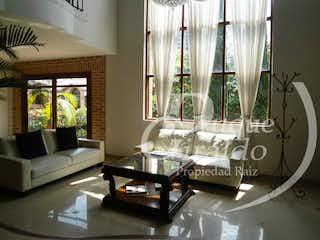 Una sala de estar llena de muebles y una ventana en Cortijo de san José