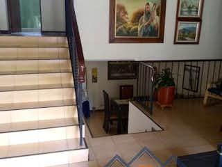 Una habitación con una cama y fotos en la pared en Apartamento en venta en Simón Bolívar de tres habitaciones