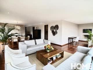 Una sala de estar llena de muebles y una chimenea en Apartamento en venta en El Refugio de tres habitaciones