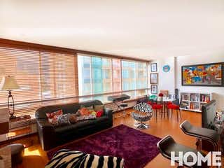 Una sala de estar llena de muebles y una televisión de pantalla plana en Apartamento en venta en Chicó Reservado de una habitacion
