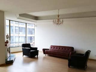 Una sala de estar llena de muebles y una ventana en Apartamento en venta en Barrio Usaquén de cuatro alcobas