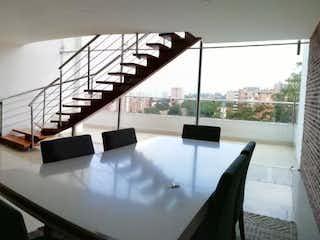 Una sala de estar llena de muebles y una ventana en Apartamento en venta en Loma del Escobero de cuatro alcobas