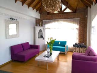 Una sala de estar llena de muebles y una gran ventana en Casa en venta en El Salitre de 3574mts, tres niveles