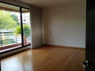 Una habitación que tiene una ventana en ella en Apartamento en venta en Casa Blanca Suba de tres habitaciones