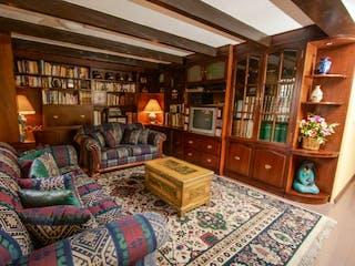 Una sala de estar llena de muebles y un suelo de madera en Casa en venta en Valle Escondido, 370mt de tres niveles