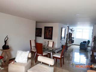 Una sala de estar llena de muebles y una mesa en CYRUS