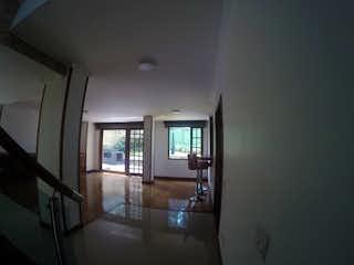 Un baño con una bañera y una ventana en Casa en venta en Altos de Lagartos de 3 habitaciones